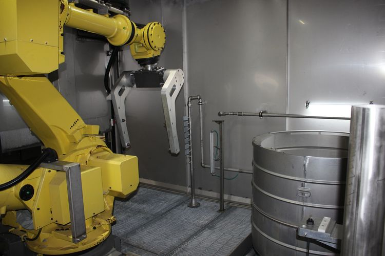 In tunnel washers the most common application is to use spraying nozzles to mechanically remove particles from the parts.